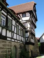 """Das Foto basiert auf dem Bild """"Fachwerkhaus aus dem 15. Jahrhundert in der Burgstraße"""" aus dem zentralen Medienarchiv Wikimedia Commons und steht unter der GNU-Lizenz für freie Dokumentation. Urheber des Bildes ist Achalm."""