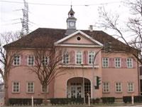 """Das Foto basiert auf dem Bild """"Das ehemalige Jagdschloss Hohengehren"""" aus dem zentralen Medienarchiv Wikimedia Commons. Diese Bilddatei wurde von mir, ihrem Urheber, zur uneingeschränkten Nutzung freigegeben. Diese Datei ist damit gemeinfrei (""""public domain""""). Dies gilt weltweit. Der Urheber des Bildes ist Xocolatl."""