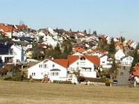 """Das Foto basiert auf dem Bild """"Blick auf Altenriet und über den Neckar von Südwesten"""" aus dem zentralen Medienarchiv Wikimedia Commons und steht unter den Bedingungen der """"Creative Commons Namensnennung-Weitergabe unter gleichen Bedingungen Deutschland""""-Lizenz (abgekürzt """"cc-by-sa"""") in der Version 2.0. Der Urheber des Bildes ist Steingesicht."""
