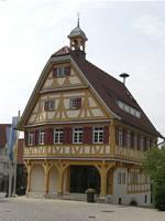 """Das Foto basiert auf dem Bild """"Rathaus Beuren"""" aus dem zentralen Medienarchiv Wikimedia Commons. Dieses Werk wurde von seinem Urheber, Roland1950, als gemeinfrei veröffentlicht. Dies gilt weltweit. Der Urheber des Bildes ist Roland1950."""