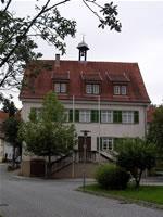 """Das Foto basiert auf dem Bild """"Altes Rathaus"""" aus dem zentralen Medienarchiv Wikimedia Commons und steht unter der GNU-Lizenz für freie Dokumentation. Der Urheber des Bildes ist Dravot."""