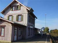 """Das Foto basiert auf dem Bild """"Das ehemalige Bahnhofsgebäude von Dettingen"""" aus dem zentralen Medienarchiv Wikimedia Commons. Diese Bilddatei wurde von ihrem Urheber zur uneingeschränkten Nutzung freigegeben. Diese Datei ist damit gemeinfrei (""""public domain""""). Dies gilt weltweit. Der Urheber des Bildes ist Benjamin Pape."""