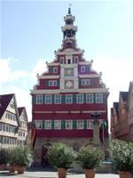 """Das Foto basiert auf dem Bild """"Altes Rathaus vorne"""" aus dem zentralen Medienarchiv Wikimedia Commons und steht unter der GNU-Lizenz für freie Dokumentation. Der Urheber des Bildes ist Karlheinz Woschée."""