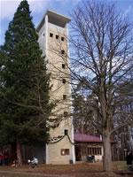"""Das Foto basiert auf dem Bild """"Uhlbergturm"""" aus dem zentralen Medienarchiv Wikimedia Commons. Diese Bild- oder Mediendatei wurde von mir, ihrem Urheber, zur uneingeschränkten Nutzung freigegeben. Diese Datei ist damit gemeinfrei (""""public domain""""). Dies gilt weltweit. Der Urheber des Bildes ist Xocolatl."""