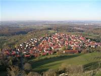"""Das Foto basiert auf dem Bild """"Blick vom Jusi auf Kohlberg"""" aus dem zentralen Medienarchiv Wikimedia Commons. Dieses Werk wurde von seinem Urheber, Dacapo01, als gemeinfrei veröffentlicht. Dies gilt weltweit. Der Urheber des Bildes ist Dacapo01."""