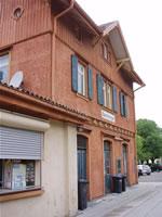 """Das Foto basiert auf dem Bild """"Bahnhof Oberlenningen"""" aus dem zentralen Medienarchiv Wikimedia Commons. Diese Bilddatei wurde von ihrem Urheber zur uneingeschränkten Nutzung freigegeben. Diese Datei ist damit gemeinfrei (""""public domain""""). Dies gilt weltweit. Der Urheber des Bildes ist Xocolatl."""