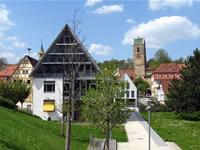 """Das Foto basiert auf dem Bild """"Rathaus und schiefer Turm der Martinskirche in Neckartailfingen"""" aus dem zentralen Medienarchiv Wikimedia Commons. Diese Bilddatei wurde von ihrem Urheber zur uneingeschränkten Nutzung freigegeben. Diese Datei ist damit gemeinfrei (""""public domain""""). Dies gilt weltweit. Der Urheber des Bildes ist Karlo."""