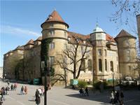 """Das Foto basiert auf dem Bild """"Altes Schloss, Stuttgart"""" aus dem zentralen Medienarchiv Wikimedia Commons. Diese Bilddatei wurde von ihrem Urheber, zur uneingeschränkten Nutzung freigegeben. Diese Datei ist damit gemeinfrei (""""public domain""""). Dies gilt weltweit. Der Urheber des Bildes ist BuzzWoof."""
