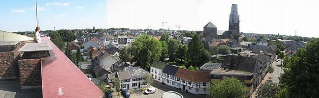 """Das Foto basiert auf dem Bild """"Erkelenz Burg Panorama"""" aus dem zentralen Medienarchiv Wikimedia Commons. Diese Bilddatei wurde von ihrem Urheber, zur uneingeschränkten Nutzung freigegeben. Diese Datei ist unter der Creative Commons-Lizenz Namensnennung-Weitergabe unter gleichen Bedingungen 3.0 Unported lizenziert. Der Urheber des Bildes ist Alwin Nagel."""