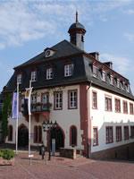"""Das Foto basiert auf dem Bild """"Rathaus Gelnhausen"""" aus dem zentralen Medienarchiv Wikimedia Commons und steht unter der GNU-Lizenz für freie Dokumentation. Der Urheber des Bildes ist Wladyslaw Sojka."""
