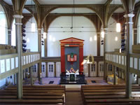 """Das Foto basiert auf dem Bild """"Das Innere der ev. Bergkirche von Niedergründau: 1838 bis 1840 im neoklassizistischen Stil erbaut, 1950 renoviert"""" aus dem zentralen Medienarchiv Wikimedia Commons und steht unter der GNU-Lizenz für freie Dokumentation. Der Urheber des Bildes ist Gerbil."""