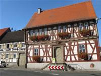 """Das Foto basiert auf dem Bild """"Rathaus in Marköbel"""" aus dem zentralen Medienarchiv Wikimedia Commons und steht unter der GNU-Lizenz für freie Dokumentation. Der Urheber des Bildes ist Gabriele Delhey."""