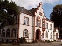 """Das Foto basiert auf dem Bild """"Villa Bayer - Vorne"""" aus dem zentralen Medienarchiv Wikimedia Commons und steht unter der GNU-Lizenz für freie Dokumentation. Der Urheber des Bildes ist Tirkon."""