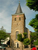 """Das Foto basiert auf dem Bild """"Alte Kirche, Velbert-Mitte, Germany"""" aus dem zentralen Medienarchiv Wikimedia Commons und steht unter der unter der GNU-Lizenz für freie Dokumentation. Der Urheber des Bildes ist Erbsensuppe."""