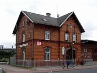 """Das Foto basiert auf dem Bild """"Dietzenbach Bahnhof""""aus dem zentralen Medienarchiv Wikimedia Commons. Diese Bilddatei wurde vom Urheber zur uneingeschränkten Nutzung freigegeben. Das Bild ist damit gemeinfrei (""""public domain""""). Der Urheber des Bildes ist Rudolf Stricker."""