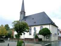 """Das Foto basiert auf dem Bild """"Egelsbach Evangelische Kirche"""" aus dem zentralen Medienarchiv Wikimedia Commons. Diese Bilddatei wurde vom Urheber zur uneingeschränkten Nutzung freigegeben. Das Bild ist damit gemeinfrei (""""public domain""""). Der Urheber des Bildes ist Rudolf Stricker."""