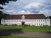 """Das Foto basiert auf dem Bild """"Schloss Schönborn"""" in Heusenstamm, Germany"""" aus der freien Enzyklopädie Wikipedia und steht unter der GNU-Lizenz für freie Dokumentation. Der Urheber des Bildes ist Oliver Ruehl."""