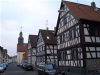 """Das Foto basiert auf dem Bild """"Evangelische Kirche von 1751 mit Ortskern"""" aus dem zentralen Medienarchiv Wikimedia Commons. Dieses Werk wurde von seinem Urheber, Gerd Adam, als gemeinfrei veröffentlicht. Dies gilt weltweit. Der Urheber des Bildes ist Gerd Adam."""