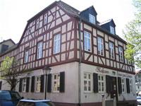 """Das Foto basiert auf dem Bild """"Haus zum Löwen"""" in Neu-Isenburg, Germany"""" aus dem zentralen Medienarchiv Wikimedia Commons und steht unter der GNU-Lizenz für freie Dokumentation. Der Urheber des Bildes ist Popie."""