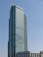 """Das Foto basiert auf dem Bild """"Nordseite des City Towers"""" aus dem zentralen Medienarchiv Wikimedia Commons und ist lizenziert unter der Creative-Commons-Lizenz Namensnennung-Weitergabe unter gleichen Bedingungen 2.0 Deutschland. Der Urheber des Bildes ist Lady Whistler."""
