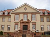 """Das Foto basiert auf dem Bild """"Rathaus"""" aus dem zentralen Medienarchiv Wikimedia Commons und ist lizenziert unter der Creative-Commons-Lizenz Namensnennung-Weitergabe unter gleichen Bedingungen 3.0 Deutschland. Der Urheber des Bildes ist Sven Teschke."""