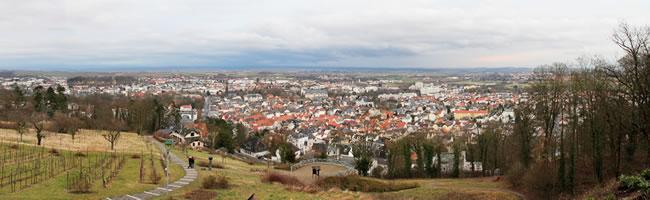 """Das Foto basiert auf dem Bild """"Panorama Bad Nauheim"""" aus dem zentralen Medienarchiv Wikimedia Commons. Diese Datei ist unter der Creative Commons-Lizenz Namensnennung-Weitergabe unter gleichen Bedingungen 3.0 Unported lizenziert. Der Urheber des Bildes ist Tadam."""