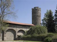 """Das Foto basiert auf dem Bild """"Hexenturm mit Stadtmauer"""" aus dem zentralen Medienarchiv Wikimedia Commons und steht unter der Creative-Commons-Lizenz Namensnennung-Weitergabe unter gleichen Bedingungen 3.0 Deutschland. Der Urheber des Bildes ist Sven Teschke."""