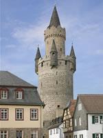 """Das Foto basiert auf dem Bild """"Der Adolfsturm in Friedberg ist ein Butterfassturm""""aus dem zentralen Medienarchiv Wikimedia Commons und steht unter der Creative-Commons-Lizenz Namensnennung-Weitergabe unter gleichen Bedingungen 3.0 Deutschland. Der Urheber des Bildes ist Sven Teschke."""