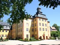 """Das Foto basiert auf dem Bild """"Das Gederner Schloss""""aus dem zentralen Medienarchiv Wikimedia Commons und steht unter der Creative-Commons-Lizenz Namensnennung-Weitergabe unter gleichen Bedingungen 2.0 Deutschland. Der Urheber des Bildes ist Sven Teschke."""