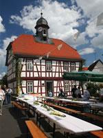 """Das Foto basiert auf dem Bild """"Das 1999 sanierte ehemalige Rathaus Himbach""""aus der freien Enzyklopädie Wikipedia. Der Urheberrechtsinhaber dieser Datei hat ein unbeschränktes Nutzungsrecht ohne jegliche Bedingungen für jedermann eingeräumt. Der Urheber des Bildes ist RealProperty."""