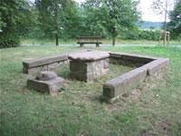 """Das Foto basiert auf dem Bild """"Steinerner Tisch bei Kaichen"""" aus dem zentralen Medienarchiv Wikimedia Commons und steht unter der GNU-Lizenz für freie Dokumentation. Der Urheber des Bildes ist Björn Appel."""