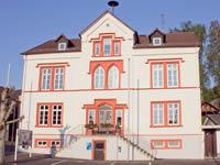 """Das Foto basiert auf dem Bild """"Ranstadt Rathaus"""" aus dem zentralen Medienarchiv Wikimedia Commons. Diese Datei ist unter der Creative Commons-Lizenz Namensnennung-Weitergabe unter gleichen Bedingungen 3.0 Deutschland lizenziert. Der Urheber des Bildes ist Sven Teschke."""